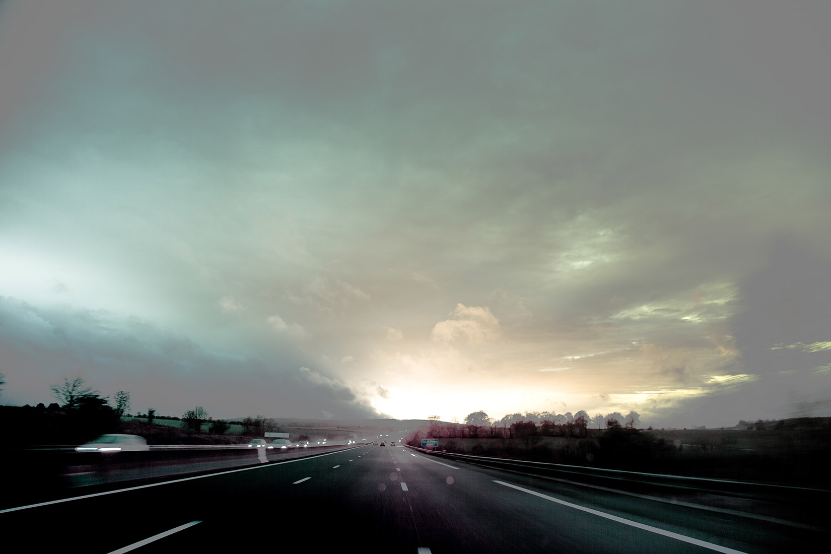 Sur la route. Lumières étranges dans le ciel. Recherche sur le gris.