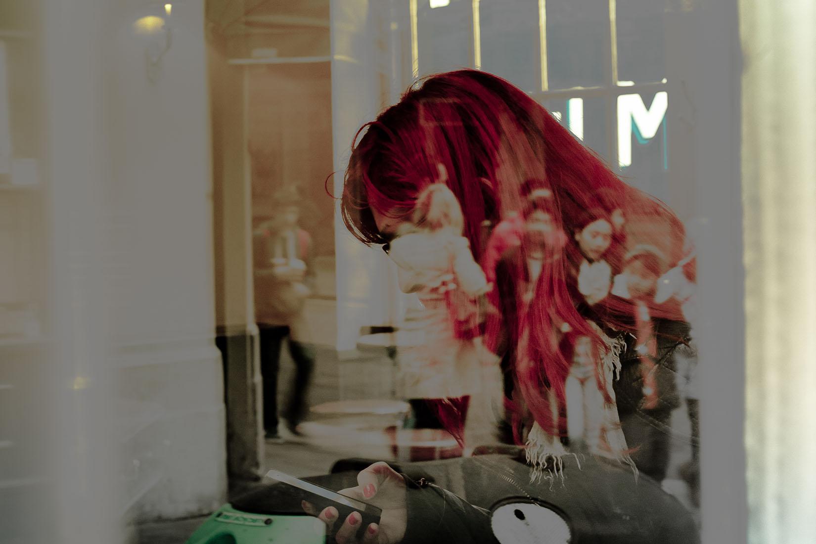 La femme rouge dans la vitrine
